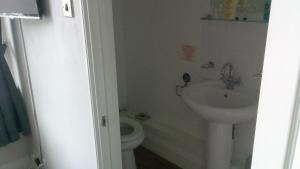 A bathroom at The coldstreamer inn