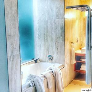 A bathroom at Menlyn Boutique Hotel