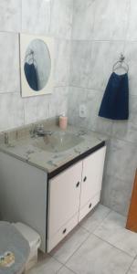 A bathroom at Quarto Aeroporto Guarulhos & Táxi