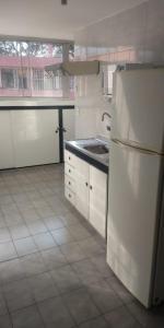 A kitchen or kitchenette at Quarto Aeroporto Guarulhos & Táxi
