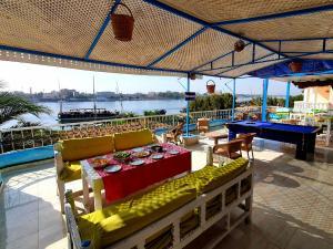 Ein Restaurant oder anderes Speiselokal in der Unterkunft Luxor Guest House