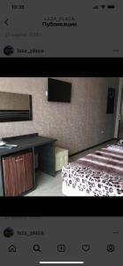 Телевизор и/или развлекательный центр в Guest House Laza Plaza