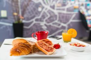 Options de petit-déjeuner proposées aux clients de l'établissement Ibis Styles Chambery Centre Gare