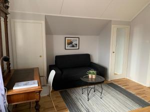 A seating area at Uppsala Lägenhetshotell