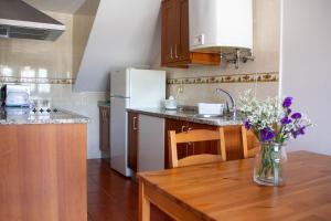 Una cocina o zona de cocina en Apartamentos Luarca
