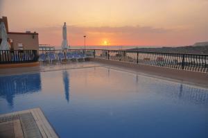 Het zwembad bij of vlak bij Soreda Hotel