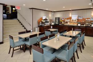 A restaurant or other place to eat at Holiday Inn Express Kennedy Airport, an IHG Hotel