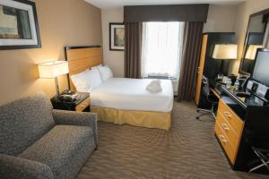 A bed or beds in a room at Holiday Inn Express Kennedy Airport, an IHG Hotel