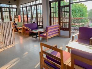 A seating area at RedDoorz Resort @ Cianjur City Park