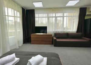 Телевизор и/или развлекательный центр в Guest House Four Rooms