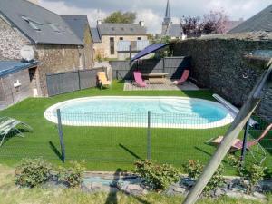 Vue sur la piscine de l'établissement Les Toiles de Lin ou sur une piscine à proximité