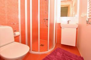A bathroom at 11 Zuvedru