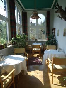 Ein Restaurant oder anderes Speiselokal in der Unterkunft Hotel Tanneck