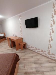 Телевизор и/или развлекательный центр в Бридж Хаус Отель Сочи