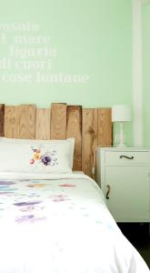 A bed or beds in a room at Amandolevanto B&B