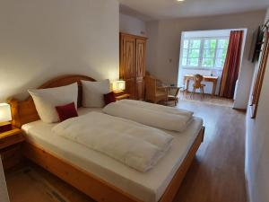A bed or beds in a room at Hotel und Weingut Karlsmühle