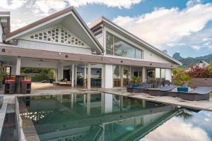 A piscina localizada em Jessivia Luxury Villa ou nos arredores