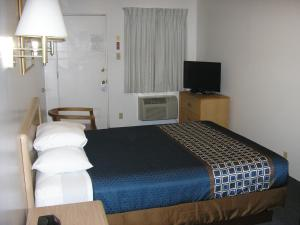 A bed or beds in a room at Mecca Motel