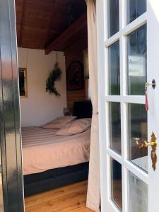 A bed or beds in a room at 't Maerhus
