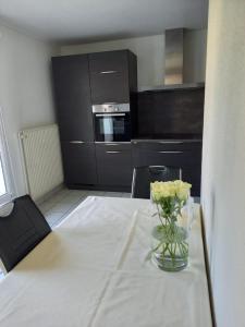 A kitchen or kitchenette at Bel appartement