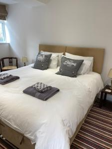 A bed or beds in a room at The Pilot Boat Inn, Isle of Wight
