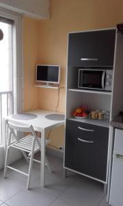 A kitchen or kitchenette at studio St Charles