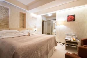 Un pat sau paturi într-o cameră la Ioana Hotel