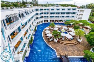 Uitzicht op het zwembad bij Andaman Seaview, Karon Beach - SHA Plus of in de buurt