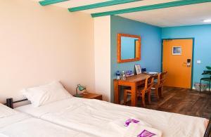 Ein Bett oder Betten in einem Zimmer der Unterkunft The Flying Pig Beach Hostel