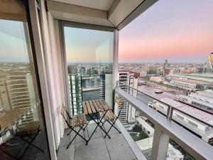A balcony or terrace at Modern Docklands Apartment City View 3B LV34