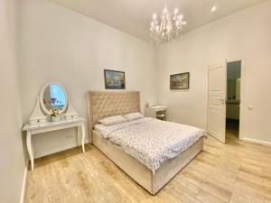 A bed or beds in a room at Apartments at Kamennoostrovskiy prospekt 29