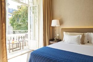 A bed or beds in a room at PortoBay Liberdade