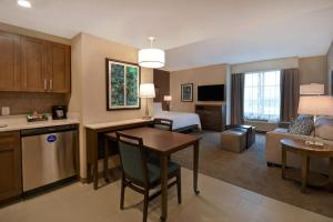 A kitchen or kitchenette at Homewood Suites By Hilton Orlando Flamingo Crossings, Fl
