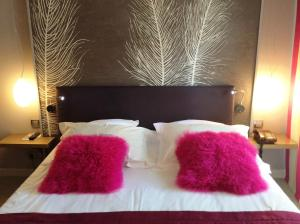 A bed or beds in a room at La Chaumiere