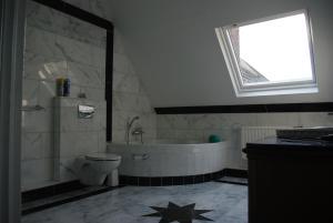 A bathroom at Pension Genengerhof