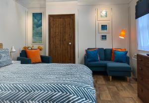 A bed or beds in a room at Gallery Cottage