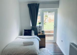 A bed or beds in a room at 5-Bed 5-Ensuite Coventry Walsgrave M6 M69