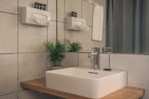 A bathroom at Brobyværk Kro