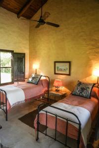 Una cama o camas en una habitación de Aguapé Lodge