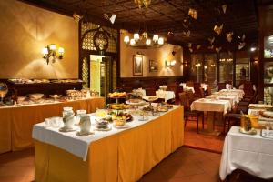 A restaurant or other place to eat at Hotel Saturnia & International
