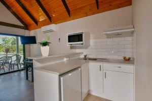 A kitchen or kitchenette at Desert Palms Alice Springs