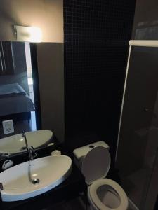 A bathroom at Suíte 101- Espaço Praia Aptos