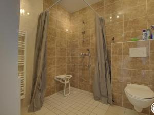 A bathroom at Gîte Tossiat, 2 pièces, 4 personnes - FR-1-493-29