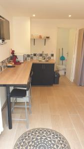 A kitchen or kitchenette at studio cassis 2