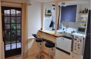 A kitchen or kitchenette at Studio avec terrasse et jardin au coeur de Marseille