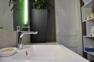 A bathroom at Spacieux & lumineux appartement au coeur de Marseille