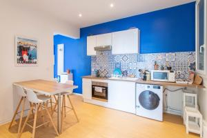 A kitchen or kitchenette at L'escale Bleue - VUE MER- 6 pers