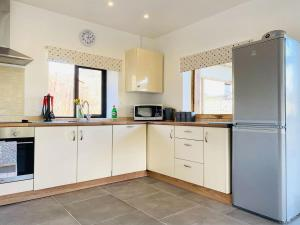A kitchen or kitchenette at Oak View Cottage