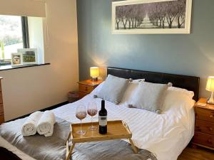 A bed or beds in a room at Oak View Cottage