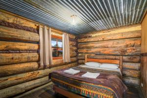 A bed or beds in a room at Dargo Hotel
